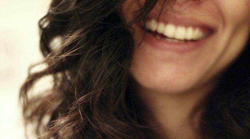 Jak zatočit se žlutými zuby, které kazí náš vzhled?