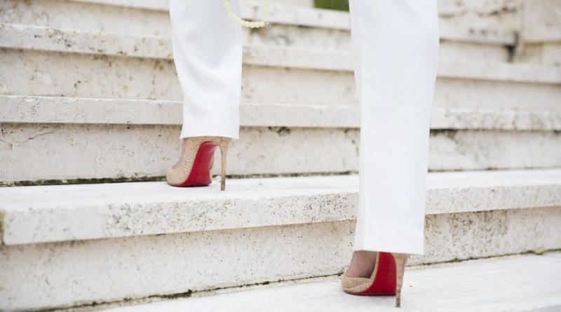 Boty na podpatcích. Jak na nich vydržet celý den?